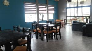 A restaurant or other place to eat at Piedra Blanca Backpackers Hostel