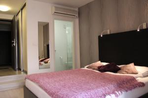 A bed or beds in a room at Design Studios SVI-MI