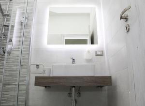 A bathroom at Salerno nel cuore suite