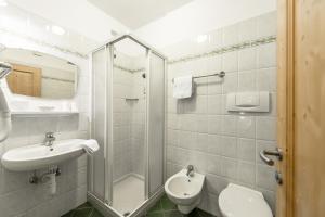 A bathroom at Garni Tyrolia