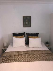 Een bed of bedden in een kamer bij Studio Ostend Living