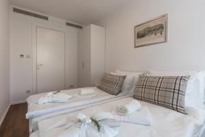 A bed or beds in a room at Apartments Nav