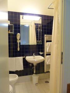 Ein Badezimmer in der Unterkunft Hotel Centrale Byron