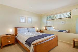 A bed or beds in a room at Beach Breakers Apartment - Stunning Views