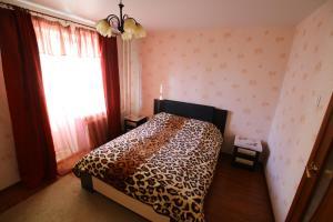 Кровать или кровати в номере Apartment on Komendantskiy square 8