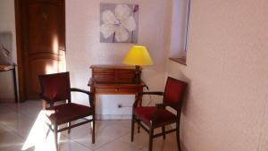 A seating area at Hôtel Restaurant au Cerf