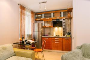 A kitchen or kitchenette at Апартаментос на Маяковке