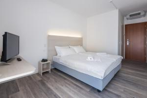 A bed or beds in a room at Hotel Internazionale Luino