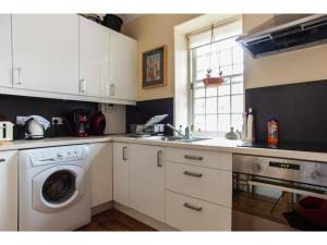 A kitchen or kitchenette at Historic Dean Village Treasure, Sleeps 4