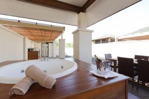 A bathroom at Pullman Palm Cove Sea Temple Resort & Spa