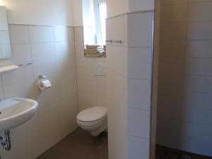 A bathroom at Wein- Appartements Borth