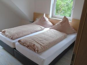 A bed or beds in a room at Wein- Appartements Borth