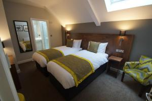 A bed or beds in a room at New Park Hotel