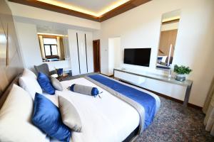 سرير أو أسرّة في غرفة في فندق أوستريا & بوسنا