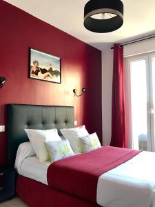 A bed or beds in a room at Appartement InterContinental Vieux-Port - New, Nice & Comfy