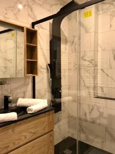 A bathroom at Appartement InterContinental Vieux-Port - New, Nice & Comfy