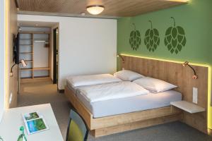 Ein Bett oder Betten in einem Zimmer der Unterkunft Fischer's Hotel Brauhaus