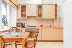 Кухня или мини-кухня в HomeBooking Apartments Tverskaya