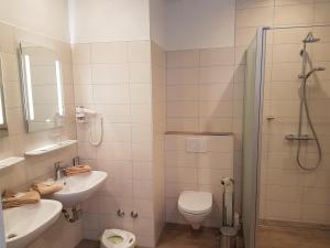 A bathroom at Hotel Restaurant Ketterer am Kurgarten