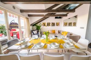 Ein Restaurant oder anderes Speiselokal in der Unterkunft President APT + CONCIERGE by Prague Castle, VIEWS