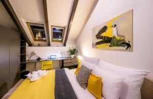 Ein Bett oder Betten in einem Zimmer der Unterkunft President APT + CONCIERGE by Prague Castle, VIEWS