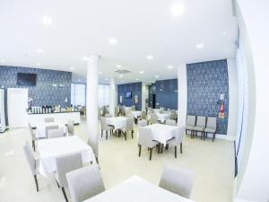 A restaurant or other place to eat at Seville Park Hotel