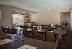 A restaurant or other place to eat at River House Inn