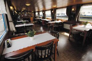 Een restaurant of ander eetgelegenheid bij Botel Zebra