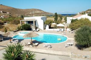 Vista sulla piscina di Anemousa Studios o su una piscina nei dintorni