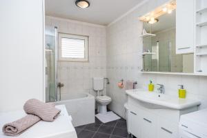 A bathroom at Apartment Petra
