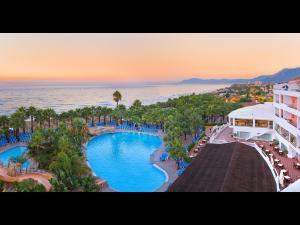 Uitzicht op het zwembad bij Marbella Playa Hotel of in de buurt