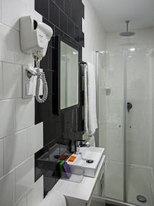 Uma casa de banho em Porto Bonjardim Apartments