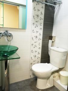 A bathroom at Hong Kong Tai San Guest House (Haiphong Branch)