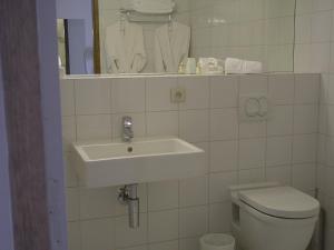 A bathroom at L'Armateur