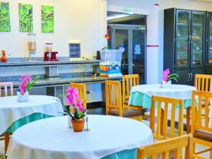 Un restaurante o sitio para comer en De La Costa Hotel
