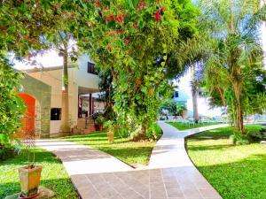 Jardín al aire libre en De La Costa Hotel