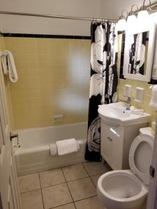 A bathroom at Gateway Inn