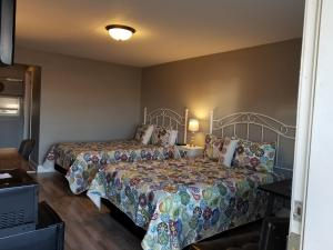 A bed or beds in a room at Gateway Inn