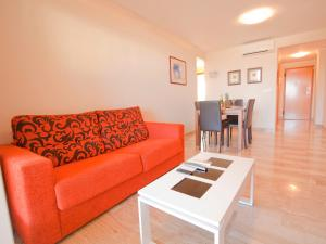 Ein Sitzbereich in der Unterkunft Apartamentos Almadraba VyB