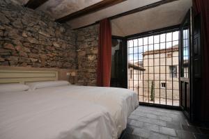 A bed or beds in a room at La Casa Grande de Albarracín