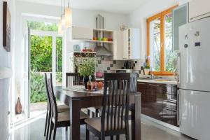 A kitchen or kitchenette at Villa Aska