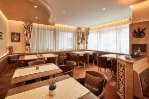A restaurant or other place to eat at Garni Reutlingen