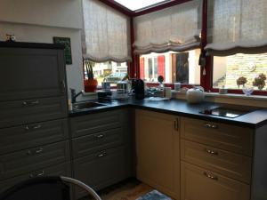 Кухня или мини-кухня в Bed & Breakfast Yvonand