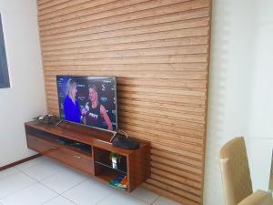 A television and/or entertainment centre at Apartamento quarto e sala em Ponta Verde