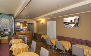 A restaurant or other place to eat at Hotel Il Giardino