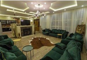 Uma área de estar em Al Nakhlah Chalet