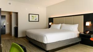 A bed or beds in a room at Holiday Inn Express & Suites - Tampa East - Ybor City, an IHG Hotel