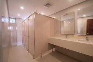 A bathroom at Shore Time Dormitel