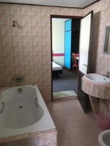 A bathroom at Taksin 2 Hotel