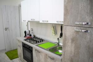 A kitchen or kitchenette at Salerno nel cuore suite